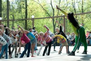 Зарядка на танцевальной площадке в музее-заповеднике Царицыно