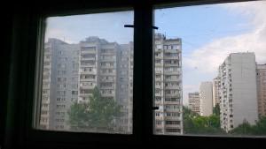В доме по адресу: Харьковская улица д.8 к.1, подъезд №9, между 8 и 9 этажами выполнены работы по замене разбитого стекла