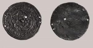 Старинный медальон, найденный в центральном парке Москвы