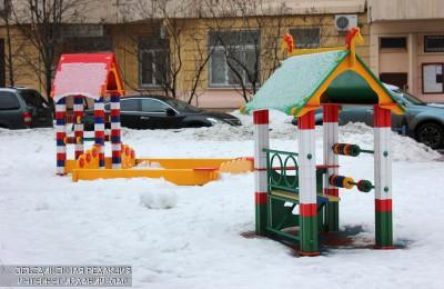 В районе Бирюлево Западное имеется более 130 дворовых территорий и 147 детских площадок, на которых установлено 4232 малых архитектурных форм