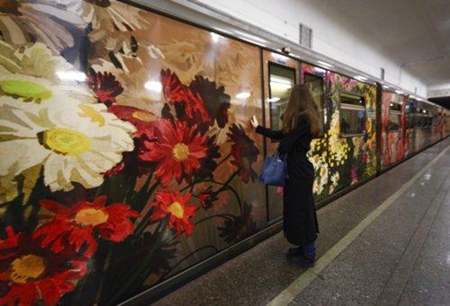 Поезд «Акварель» порадует пассажиров метро обновленной экспозицией