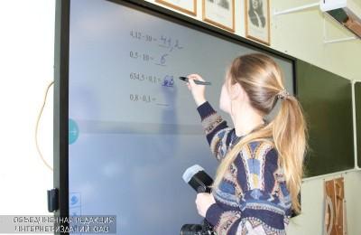 Школьница у интерактивной доски