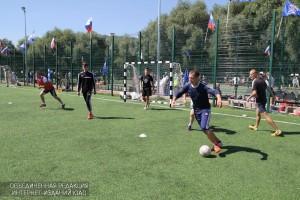 Спортсмены играют в футбол в ЮАО