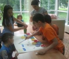 Дети украсили библиотеку бумажными цветами