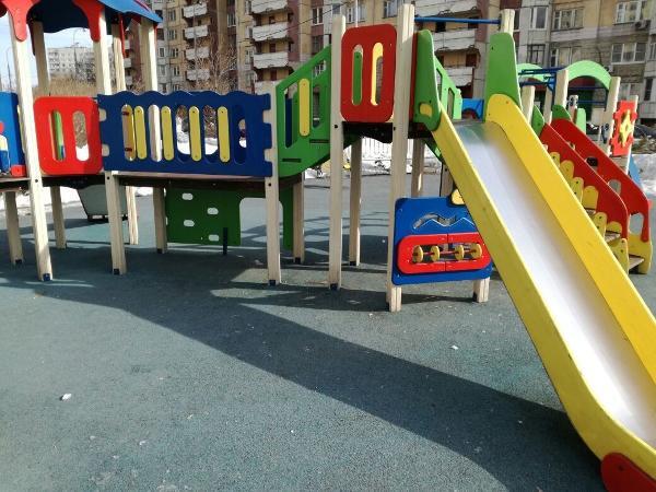 Городские службы очистили ото льда детскую площадку